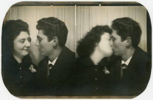 photo booth kiss